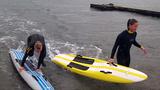 Line og Mai viser træning på board
